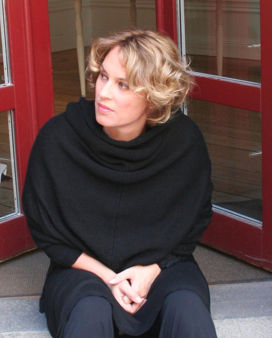 Cornelia utanför galleriet skuren